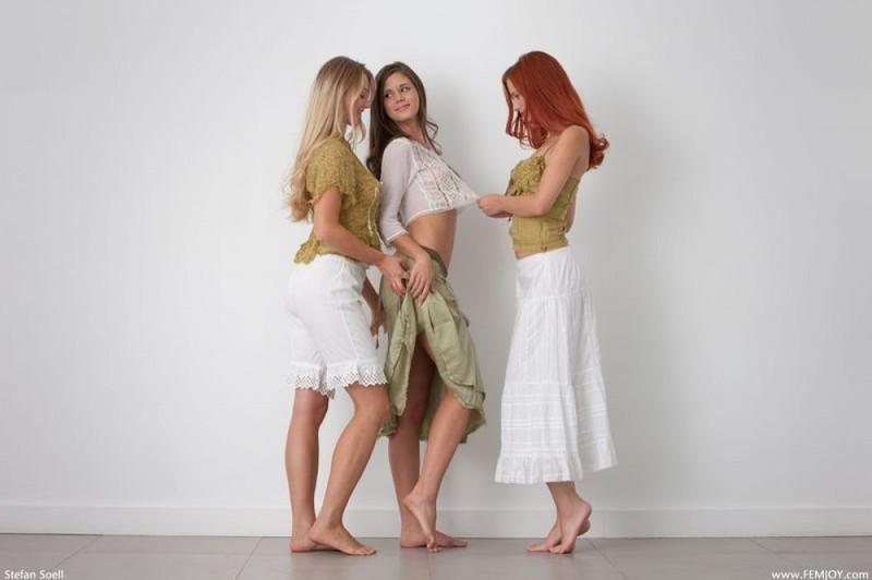 Три голенькие девицы в студии обнимают друг дружку