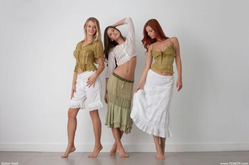 Три раздетые девки в студии обнимают друг дружку