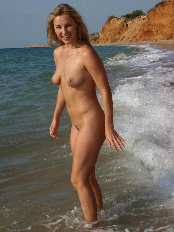 Возбужденная Лаура резвиться без купальника на диком песке