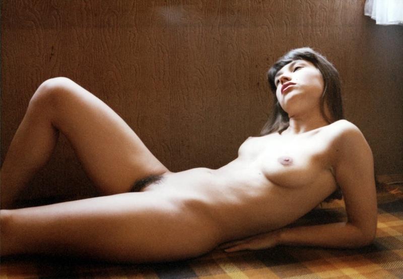 Пошлая сучка раздвинула ноги показав мохнатку под колготами