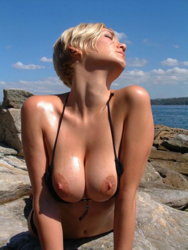 Похотливая штучка снимается на берегу моря с без трусов сиськами