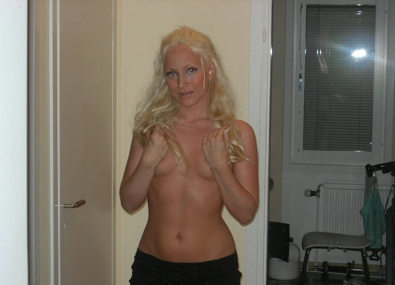 Красивая блонда лежит на ложе в серых трусах