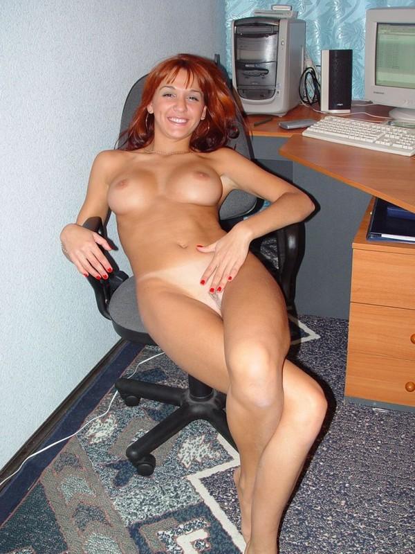 Рыжая секретарша светит попкой на рабочем месте