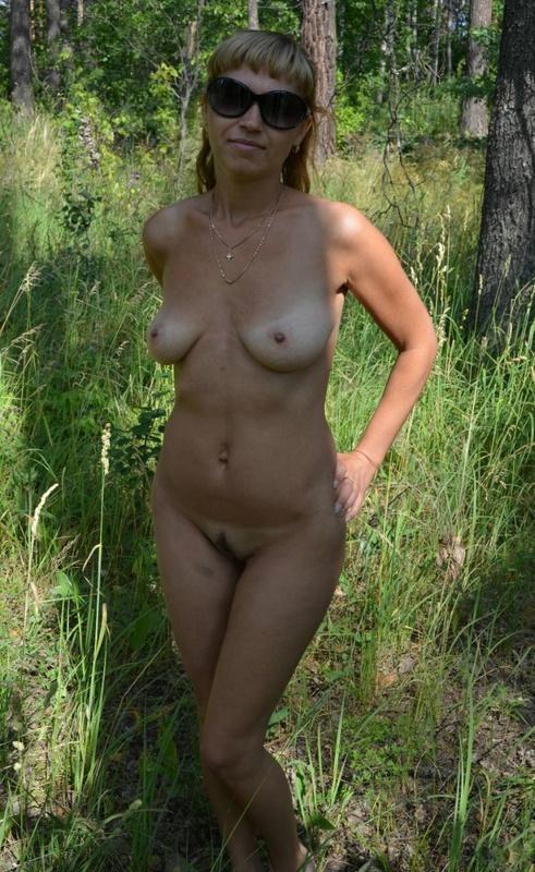 Голая зрелка пошла в лес за грибами