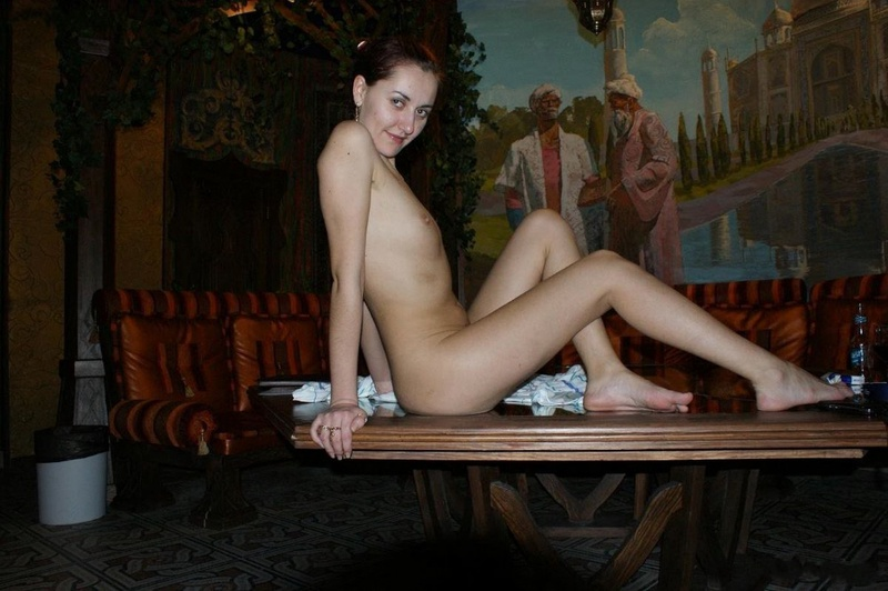 Длинноногая проказница пристроила на столе свой голый попец