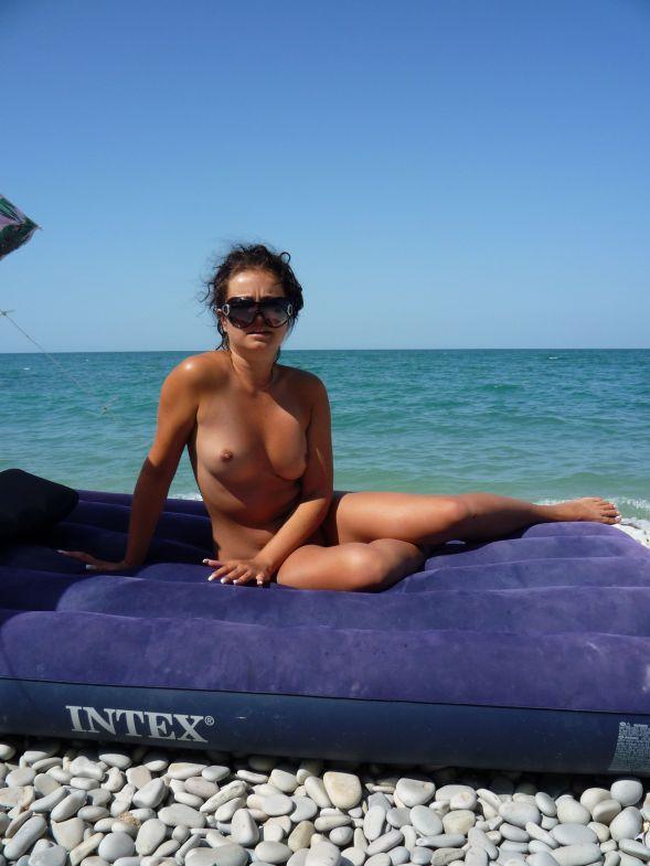 Компания нудисток обнимается с голым мужиком на пляже