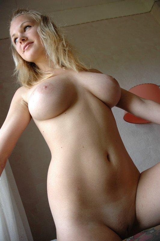 Сисястая Алена без стыда села на стол и показала голое тело