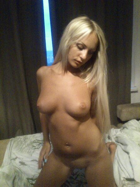 Блондинка показывает сраку стоя рачком