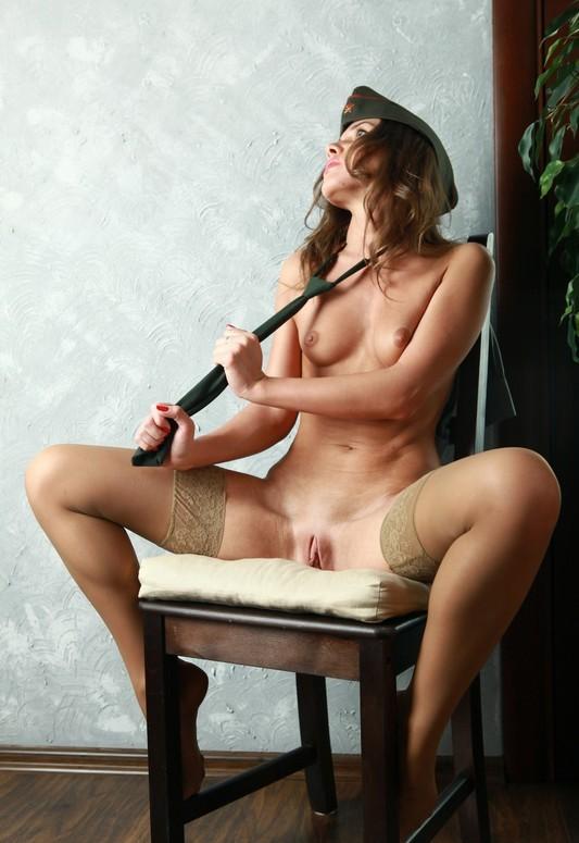Офицерша с голой киской сидит на стуле