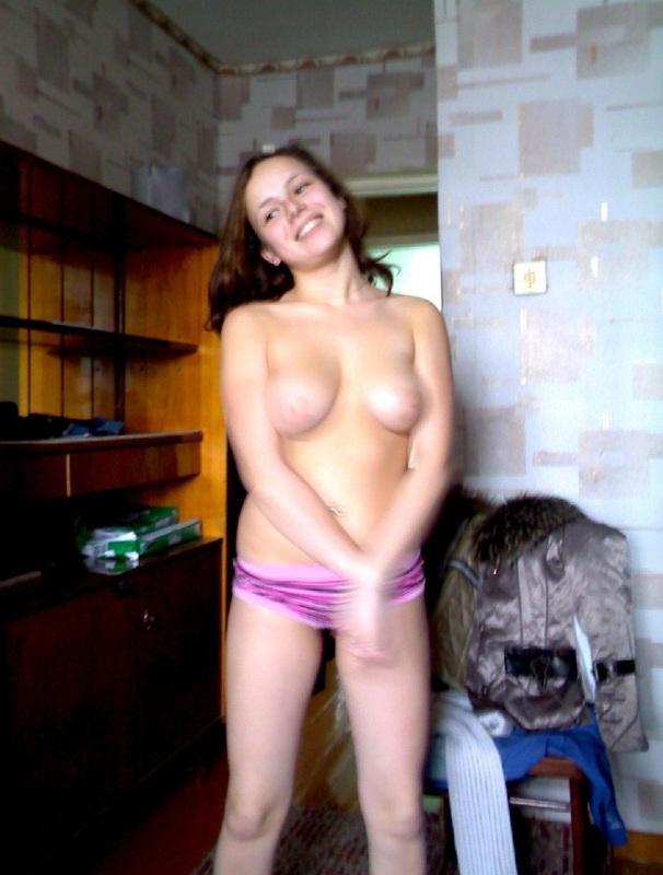 В своей комнате общаги тинка показала привлекательные сиси