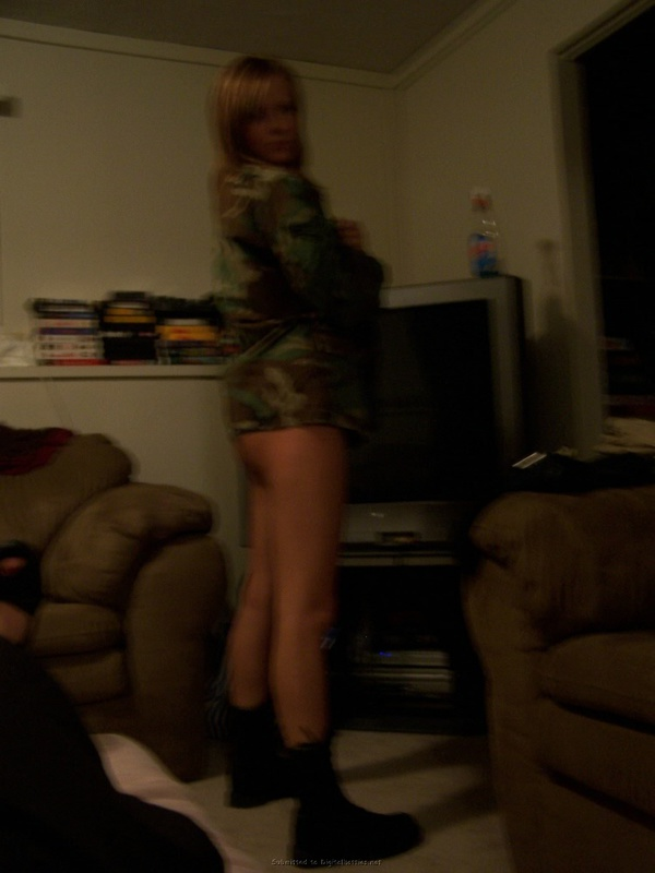 Игривая совершеннолетняя девка на столе сняла бикини