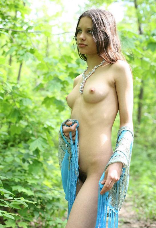 Стройная девчонка раздевается в парке