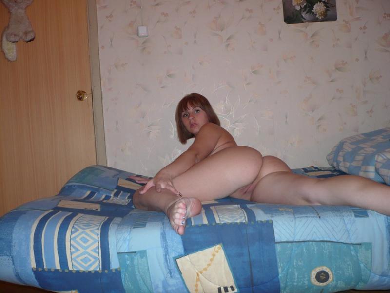 Двадцатидвухлетняя Анечка хвастается на лежанке на кухне