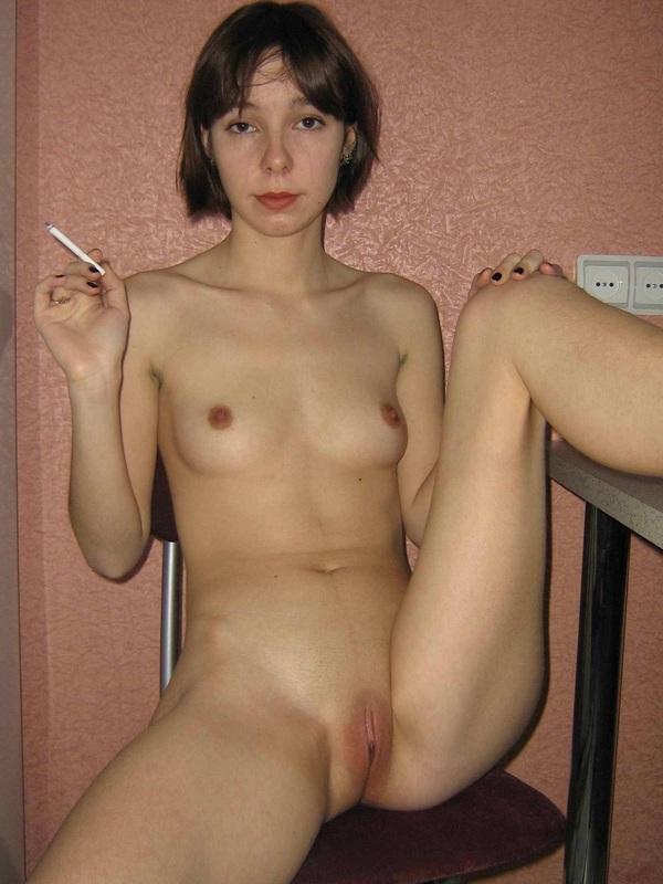 Развратница сует секс игрушку в волосатой влагалище