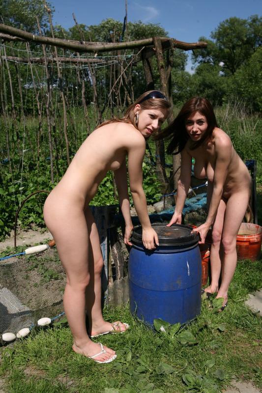 Голые сестры проводят время на даче