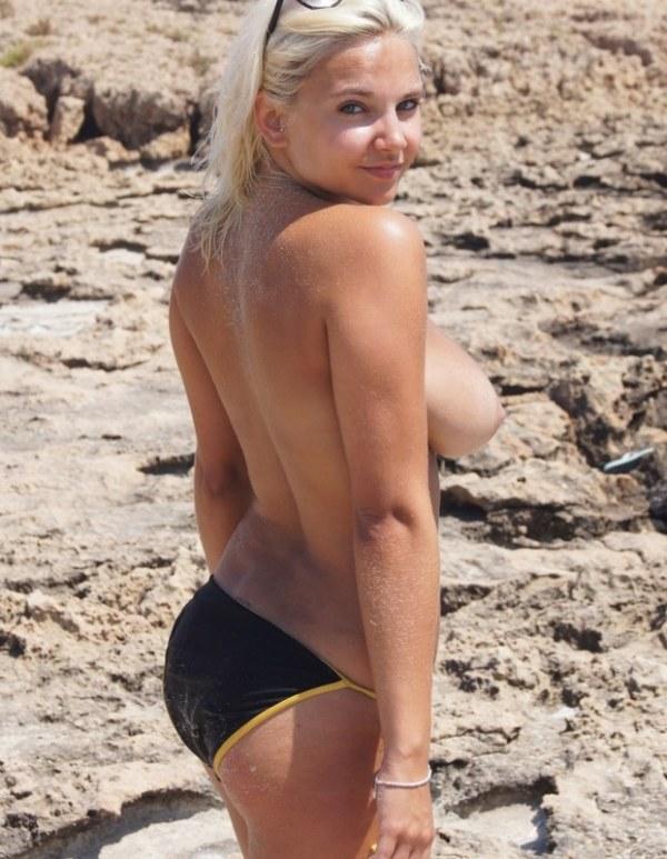 Анюта показала больший груди на морском берегу