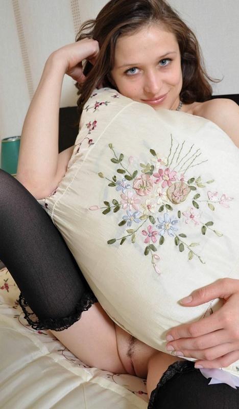 Красивая леди снимает трусики лежа на кровати