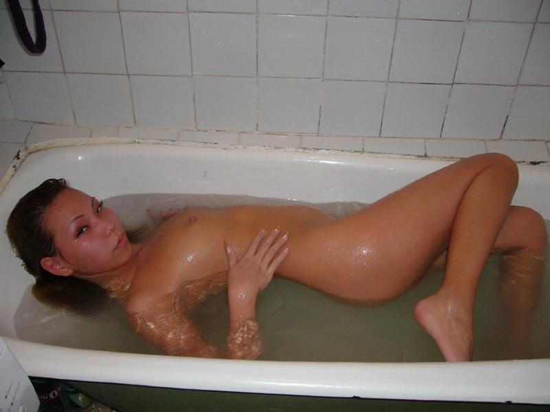 Раздетая казашка плавает под струями воды