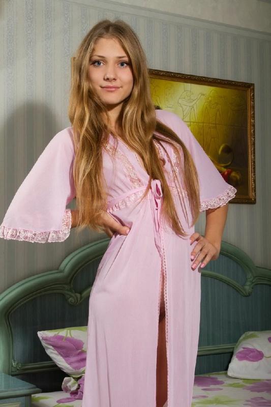 Молоденькая на большой кровати расстегнула розовый халатик смотреть эротику