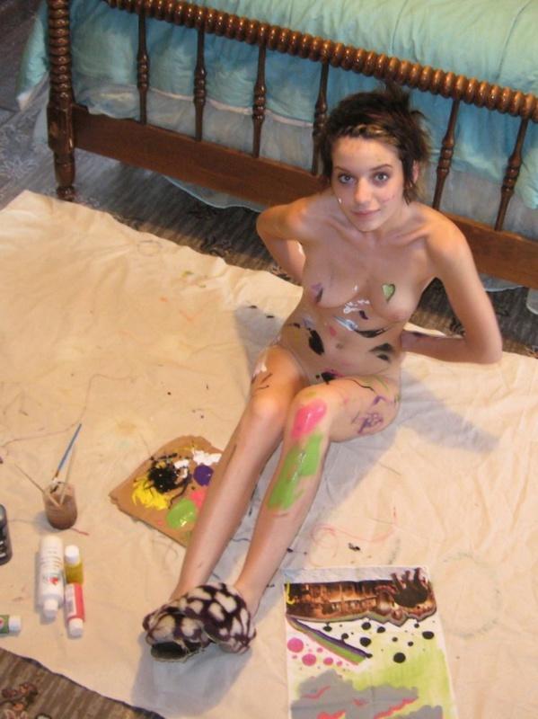 Голая художница разрисовала свое тело лежа на полу