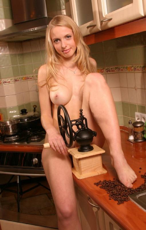 Соблазнительная домработница готовит ужин в домашних условиях без нижнего белья секс фото