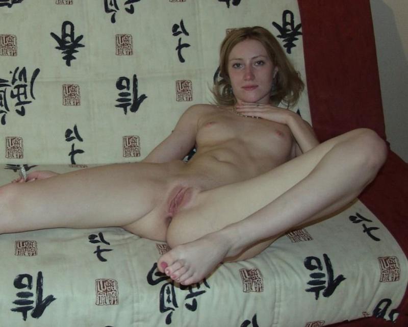 Классная милашка проветривает сырую пилотку перед онанизмом секс фото