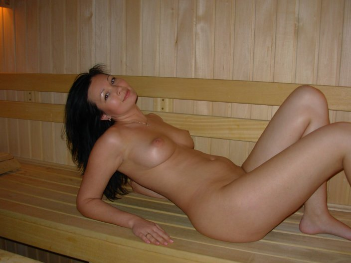 Шатенка жаждет расставлять ноги на отдыхе в бане смотреть эротику