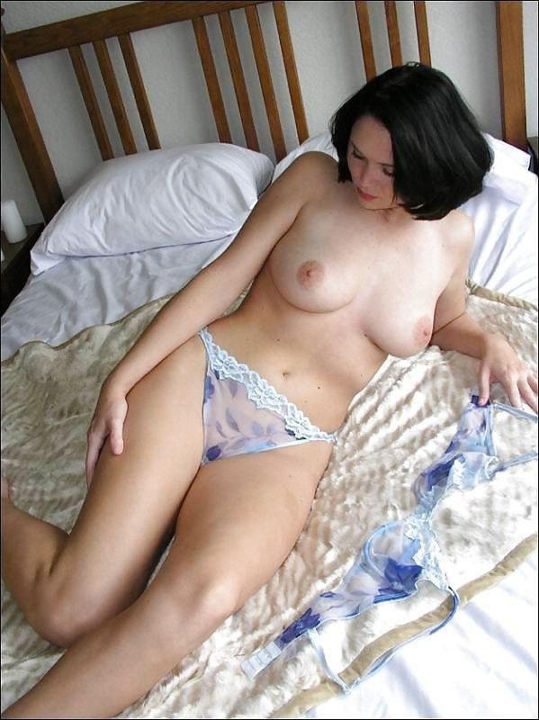Возрастная сучка намерена снять с себя эротическое белье секс фото