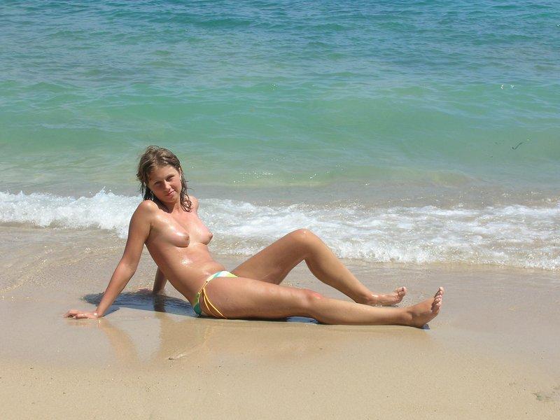 Деваха загорает на берегу моря в плавках смотреть эротику