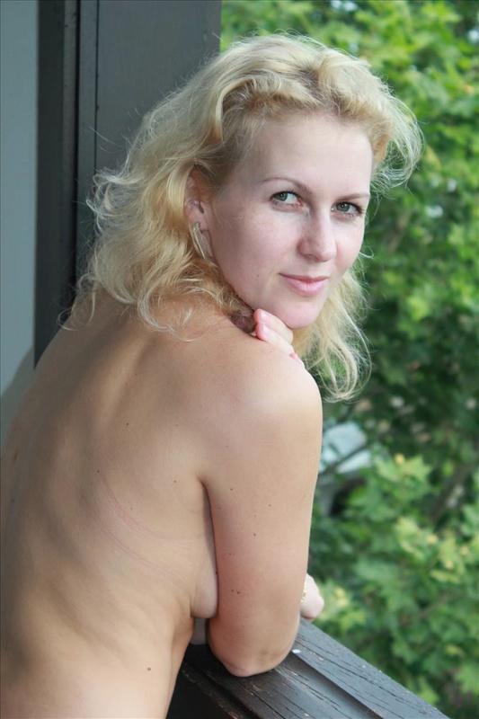 Нагая чувиха играет в номере в Польше
