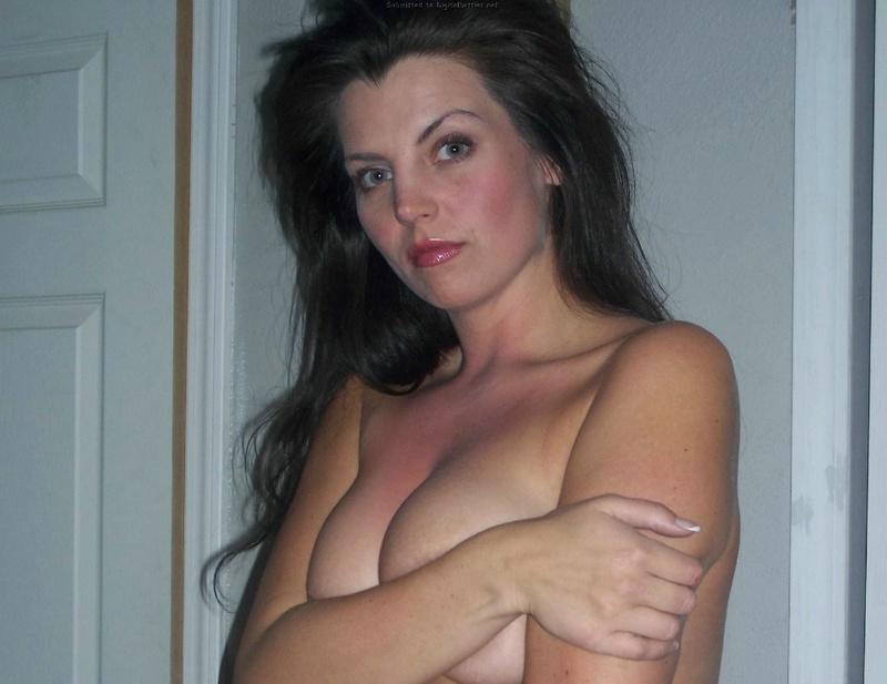 Опытная модель с темными волосами жаждет скрыть крупные груди у себя дома