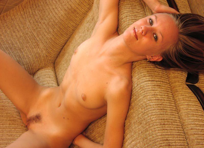 Сексапильная молодуха нагишом умастилась на небольшом диване