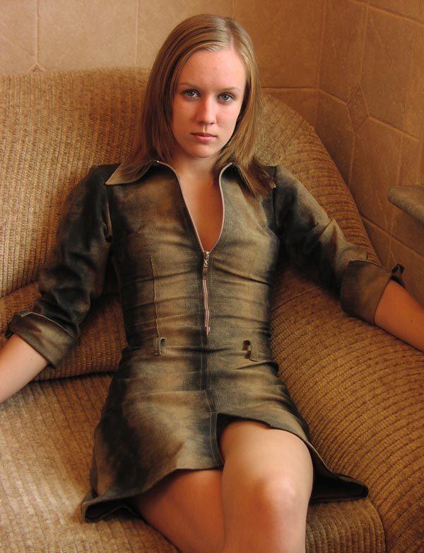 Соблазнительная юная сучка голышом умастилась на небольшом софе