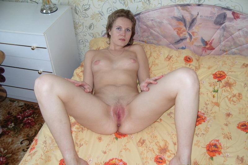 Лежа на кровати взрослая Нина раздвинула ляжки