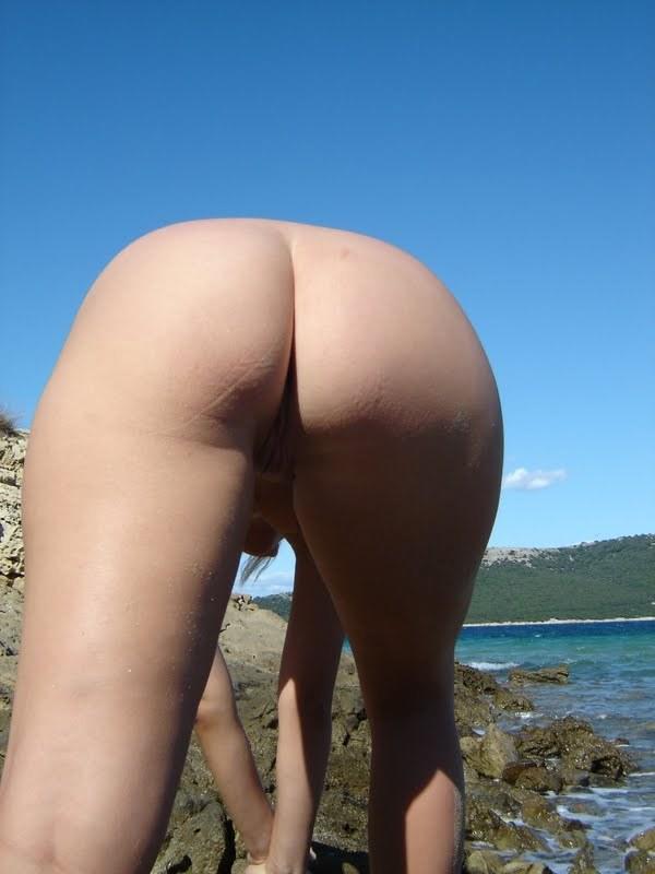 Проститутка проветривает манду около моря