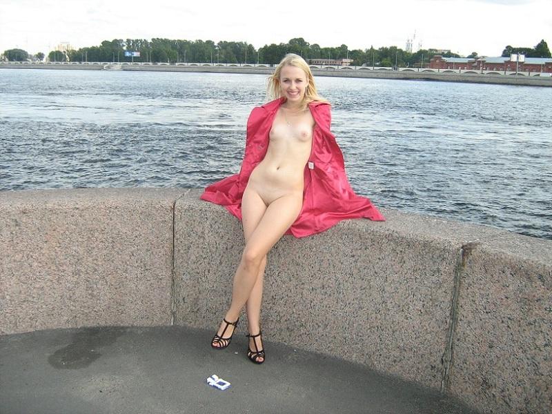 Ослепительная блондинка разделась на стройке в Питере