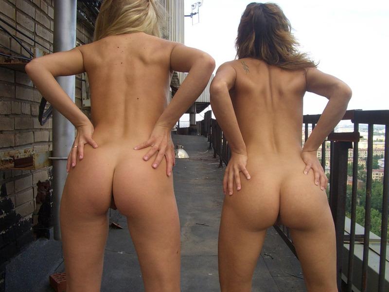 Две девушки светят сраками на крыше многоэтажки секс фото