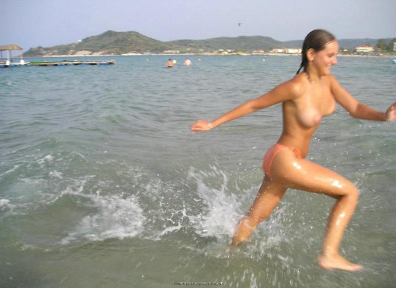 Бикса без комплексов купается в воде голышом
