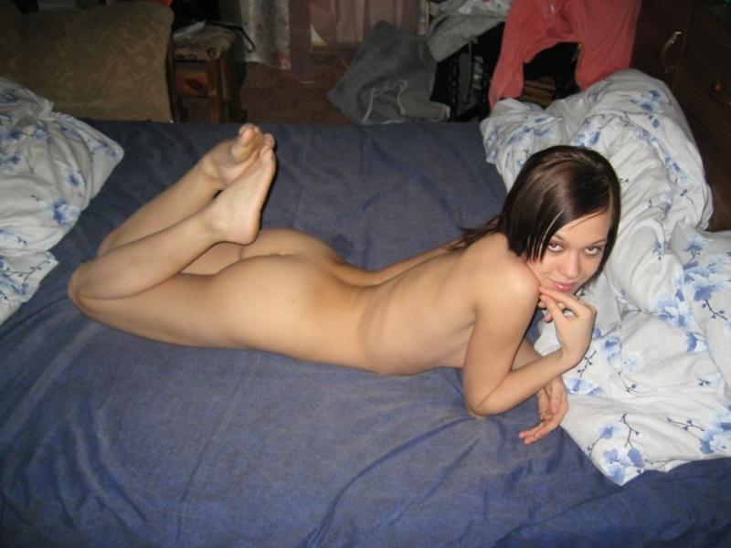 Сексуальная проказница разлеглась без трусиков в кровати
