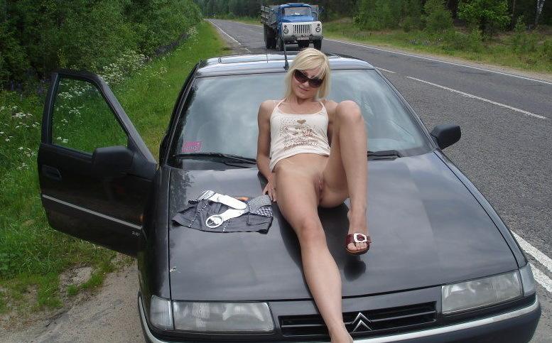 Блондинка без трусиков стоит на автостраде