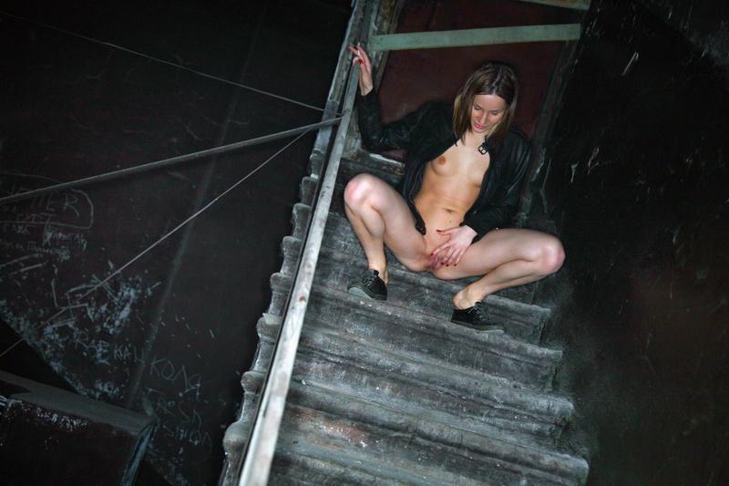 Пацан уговорил бывшую снять бельё в заброшенном подъезде