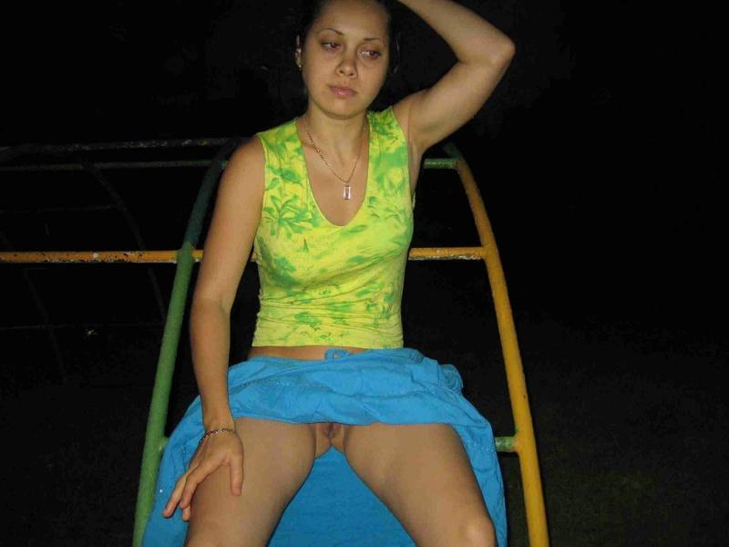 Соблазнительная woman спустила штаны в лесу смотреть эротику