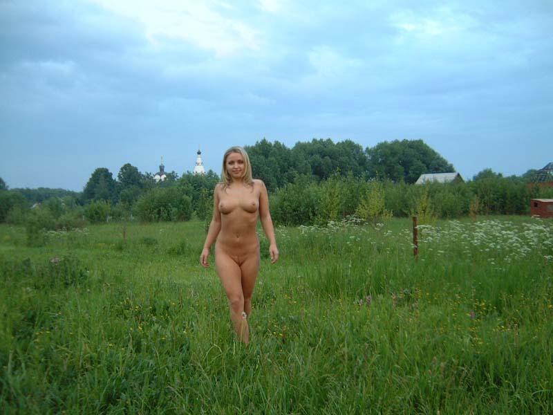 Нагая блонда гуляет недалеко от деревушки