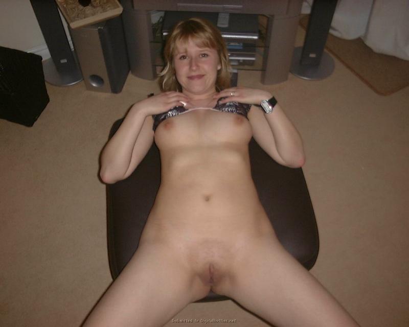 В домашних условиях тридцатилетняя мадам облизывает большой член