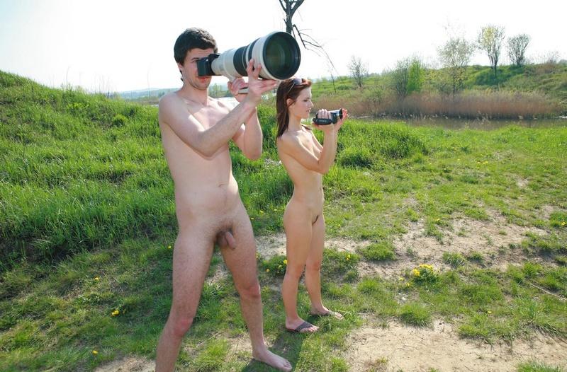 Голая нудистка вместе с парнем занимается съемкой у озера
