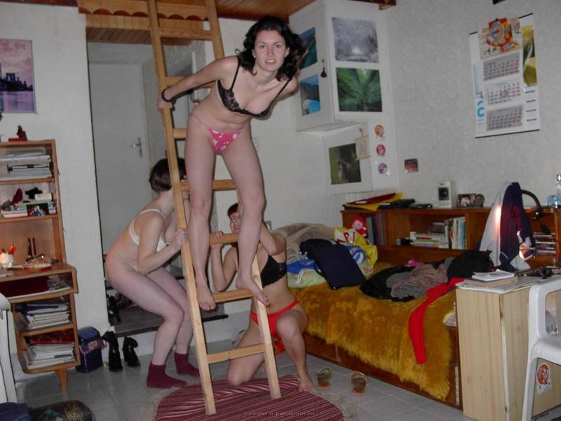 Три девушки сняли трусы до трусиков в общаге