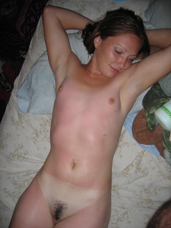 Проститутка стоя раком обнажает красную задницу