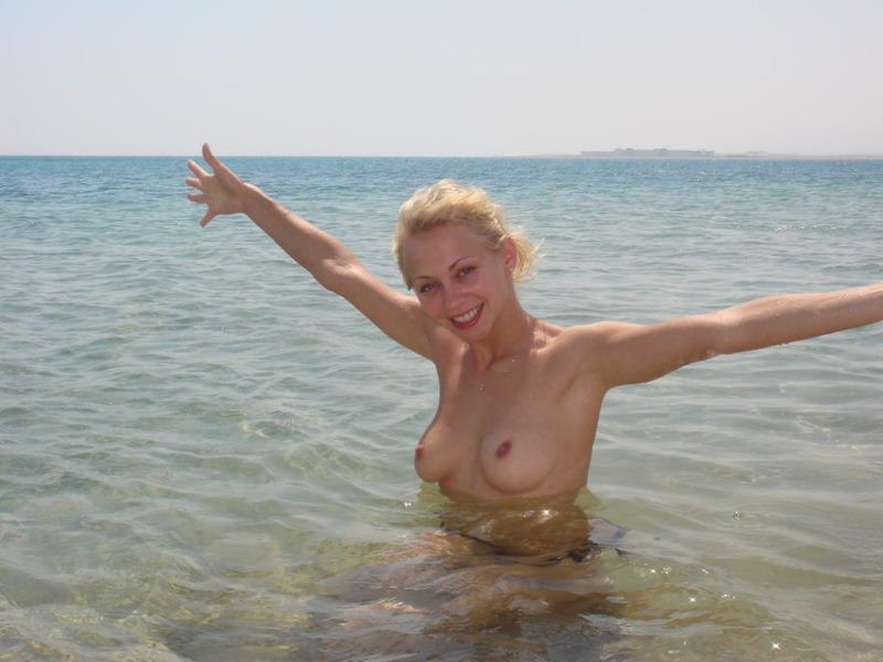 Виктория в море плавает только без купальника