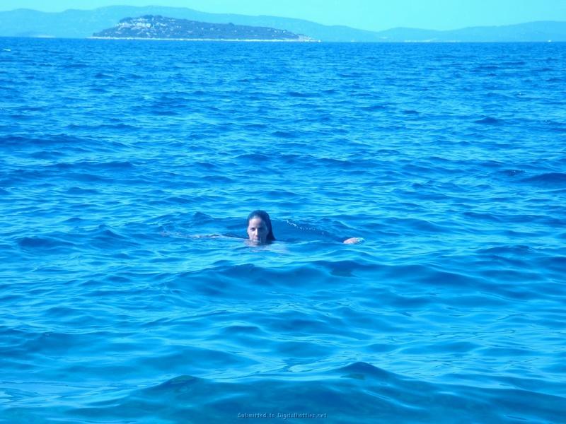 Бикса плавает в море без нижнего белья