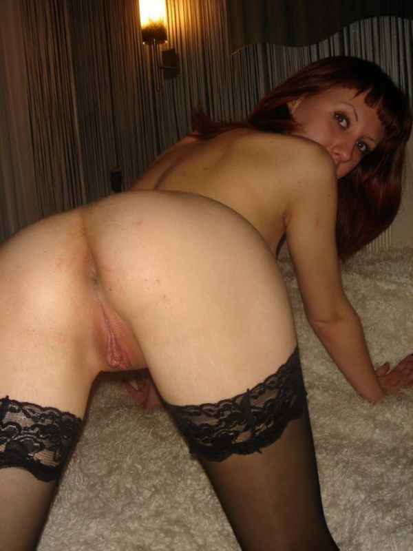 Рыженькая баба разводит ножки в кровати